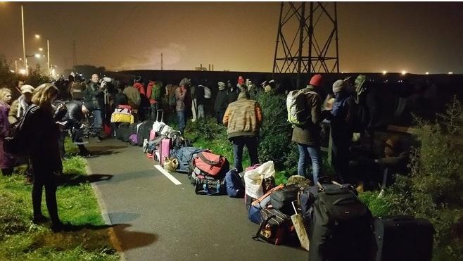 Discrètement, les migrants sont de retour à Calais.